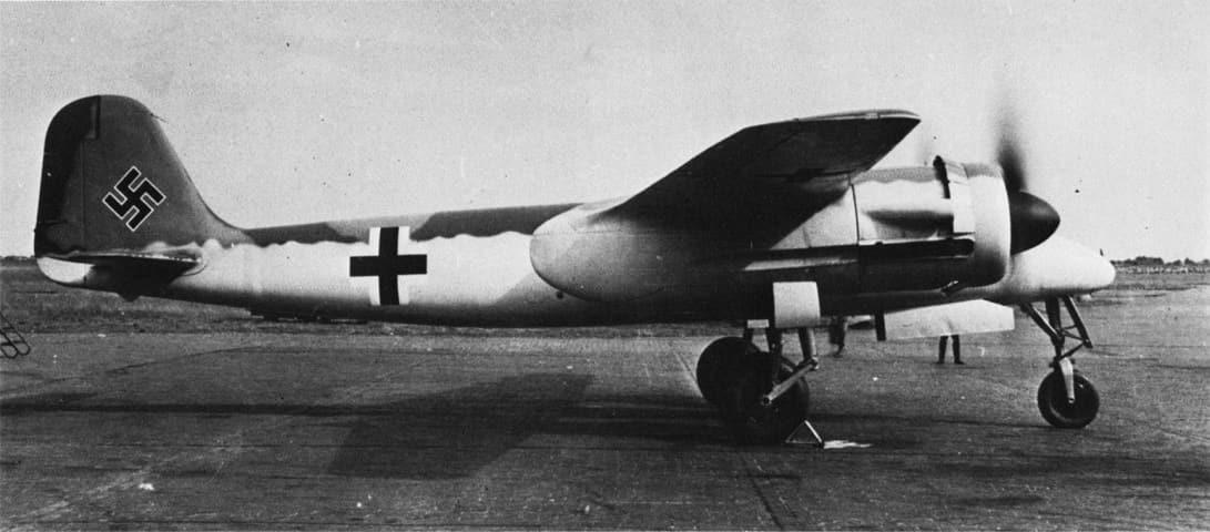 Вид на истребитель Focke-Wulf Ta 154 сбоку