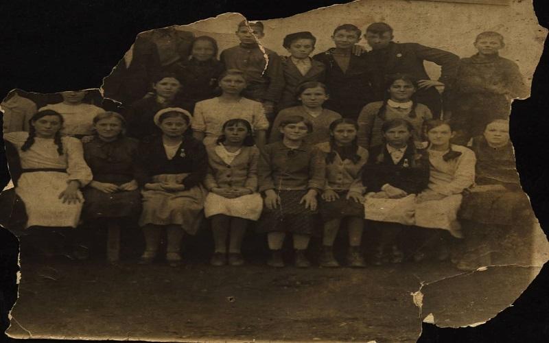 В последнем ряду: второй справа - Геннадий Почепцов